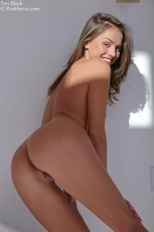 Эротические фото брюнетки-секси в белом комбинезоне