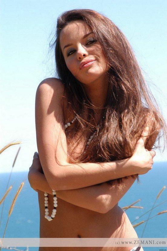Эротические фотографии красивой голой девушки в поле