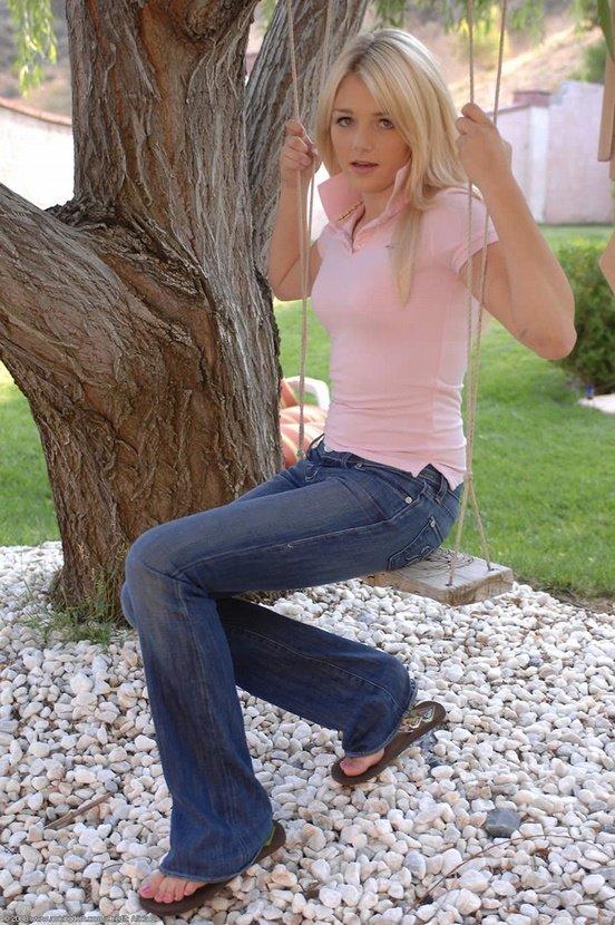 Эротическая фотогалерея очаровательной девушки на качелях