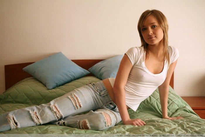 Эротические фотографии милой девушки в белой футболке
