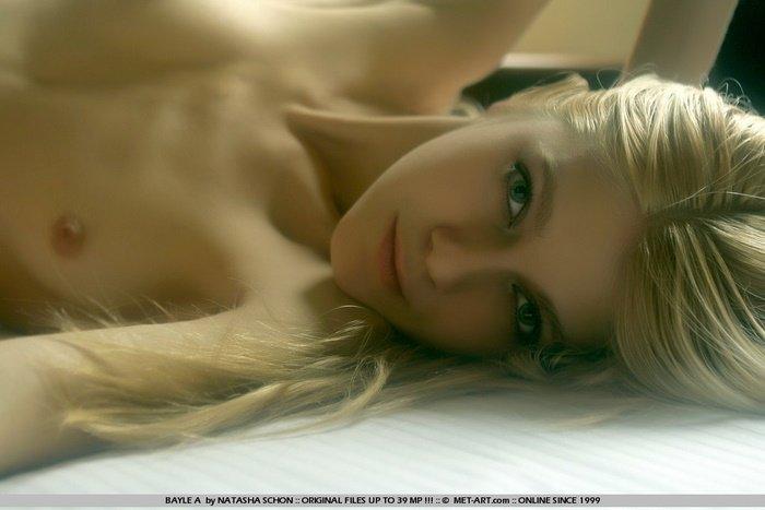 Эротический фотосет обнаженной блондинки на кровати