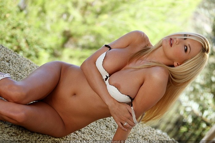 Эрогалерея сексуальной блондиночки в белом белье