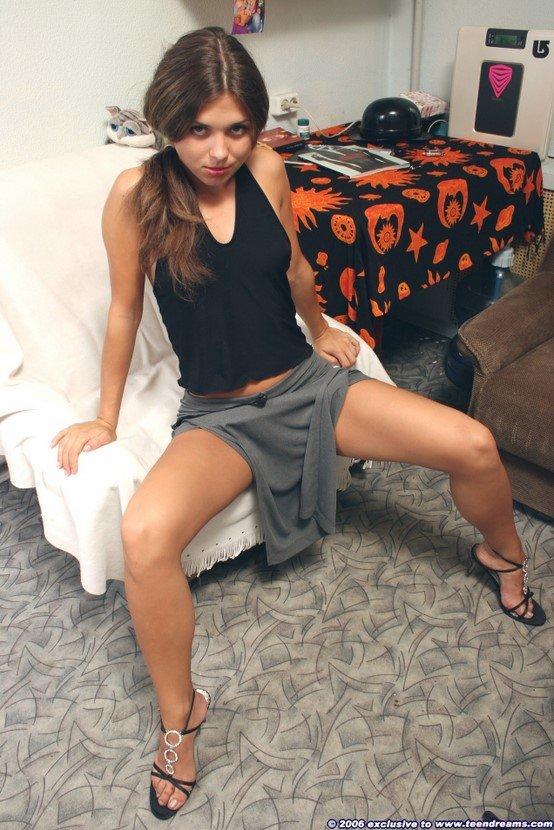 Эротические фотографии девушки-шатенки в серой юбке