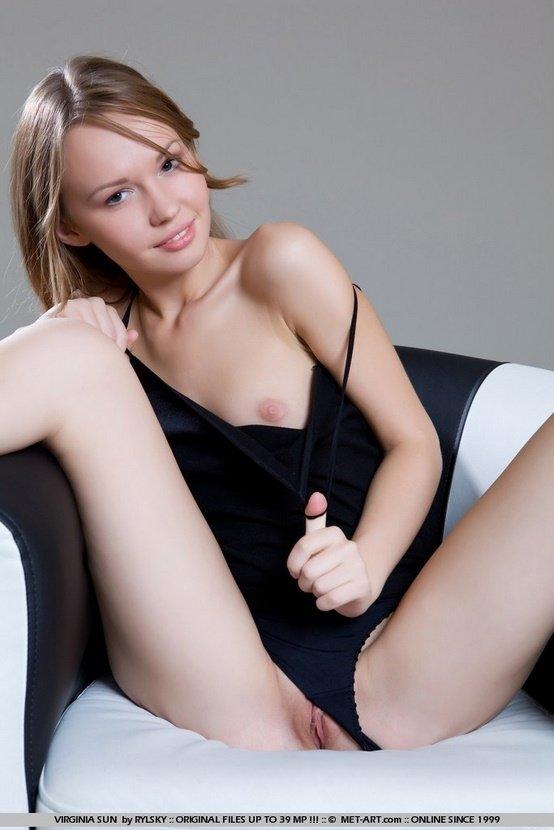 Эротический фотосет шатенки в коротеньком черном платье