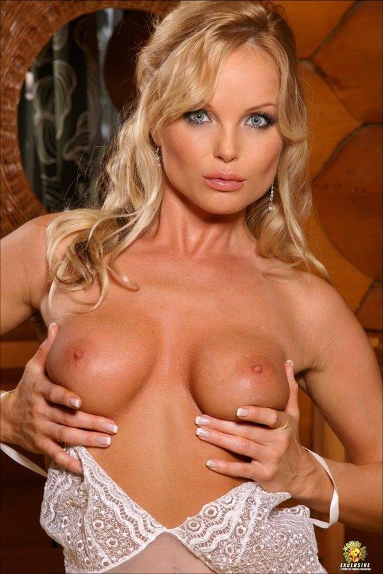 Эрогалерея сексуальной блондиночки в белом пеньюаре