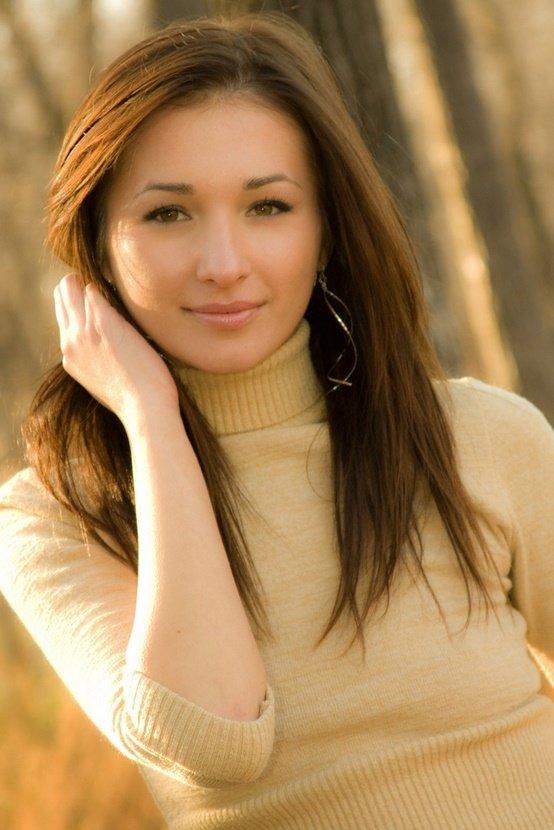 Эротические фото красивой девушки в бежевом свитере