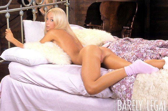 Эрогалерея сексапильной блондиночки в лиловом белье