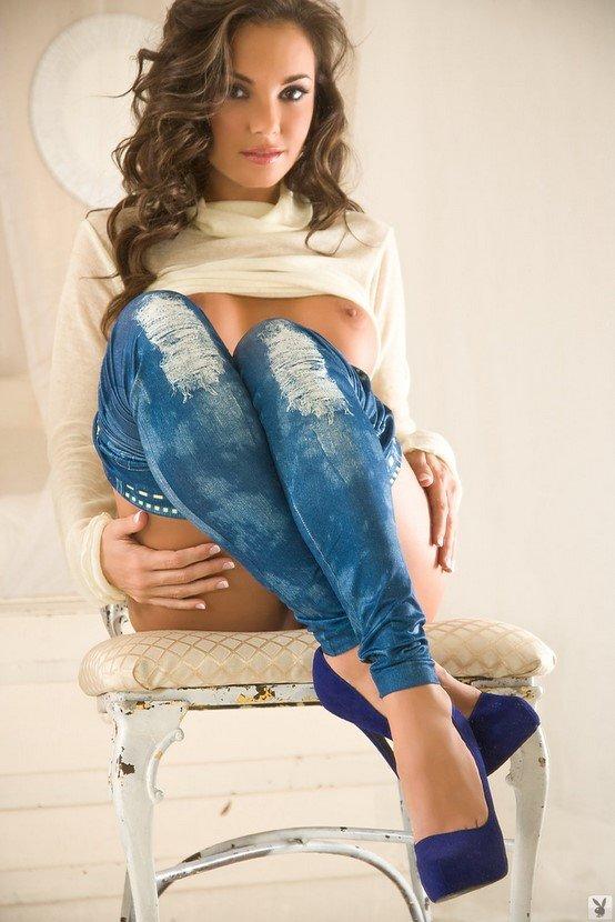Эротические фотографии красивой девушки в синих джинсах
