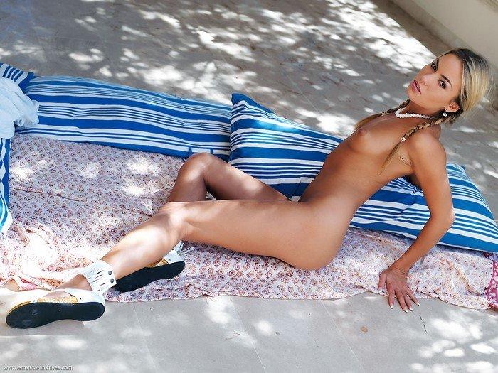 Эротический фотосет очаровательной блондинки с косичками