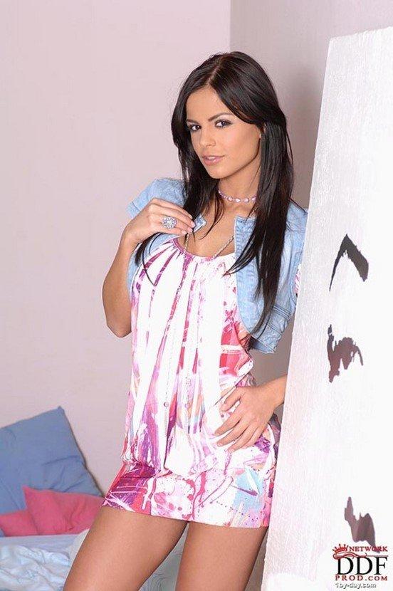 Эротическая фотогалерея брюнетки в розовом атласном белье