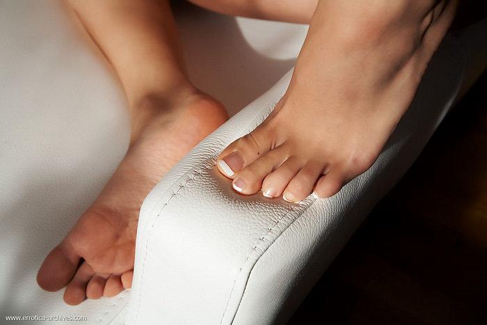 Эротические фотографии красивой голой брюнетки в кресле