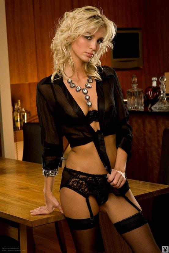 Эрогалерея чувственной блондинки в черной рубашке