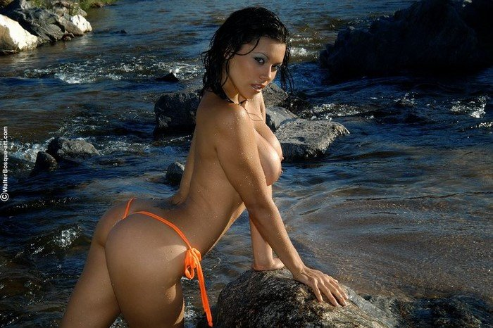 Эротическая фотогалерея брюнетки-секси в горной речке