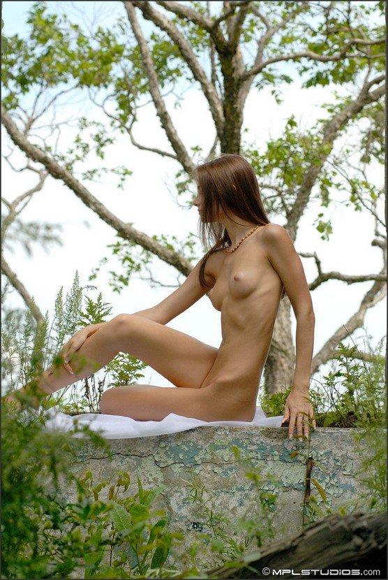 Эротическая фотогалерея милой шатенки в летнем платье