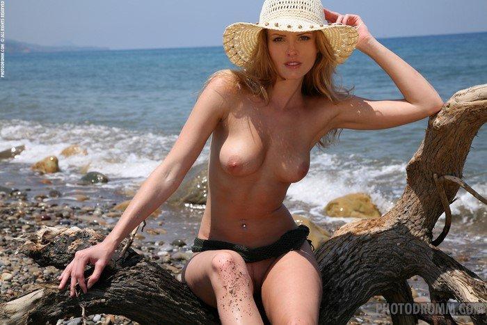 Эрогалерея очаровательной блондинки в соломенной шляпке