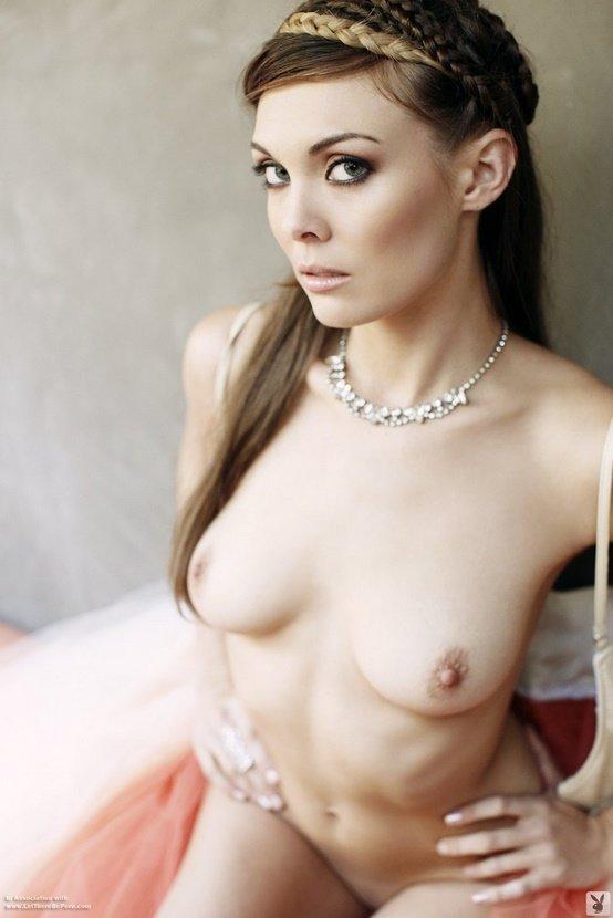 Эротический фотосет очаровательной девушки с косами