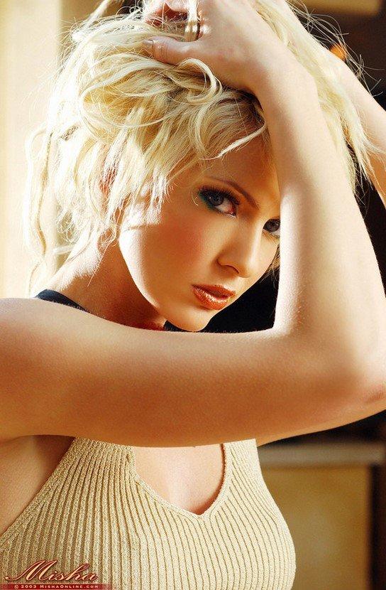 Эротические фото сексуальной блондинки в бежевом платье