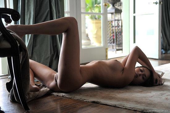 Эротическая фотосессия пышной брюнетки в белом боди