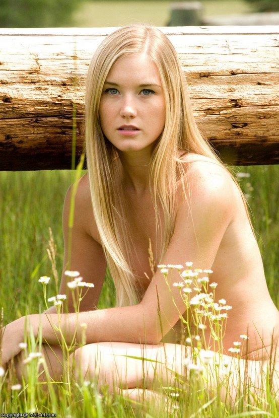 Эротические фотографии красивой юной девушки в поле