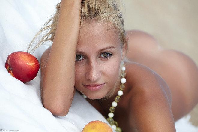 Эротическая фотогалерея блондинки с наливными яблочками