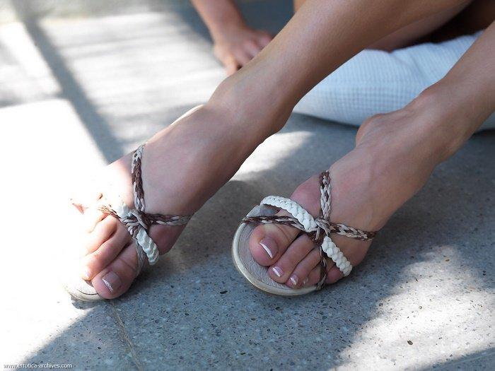 Эротический фотосет сексуальной блондинки в стрингах