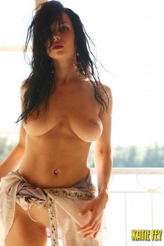 Эротические фотографии красивой полуголой брюнетки-секси