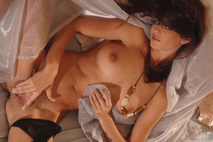 Эротические фото сексапильной брюнеточки в атласной юбке