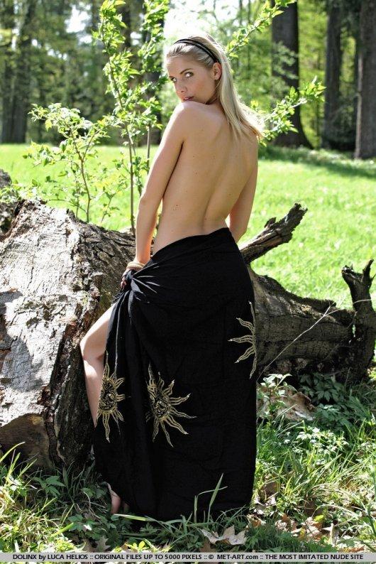 Эротические фотографии голой девушки с черной шалью