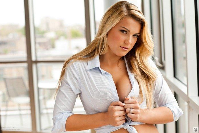 Эротическая галерея пышнотелой блондинки в рубашке