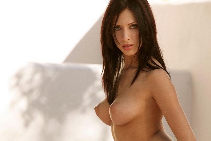 Эротический фотосет горячей брюнетки в красном лифе