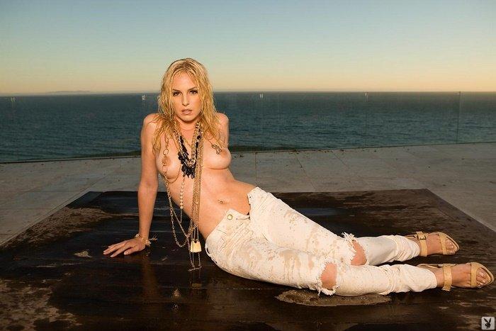 Эротическая фотосессия блондинки в мокрых джинсах у моря