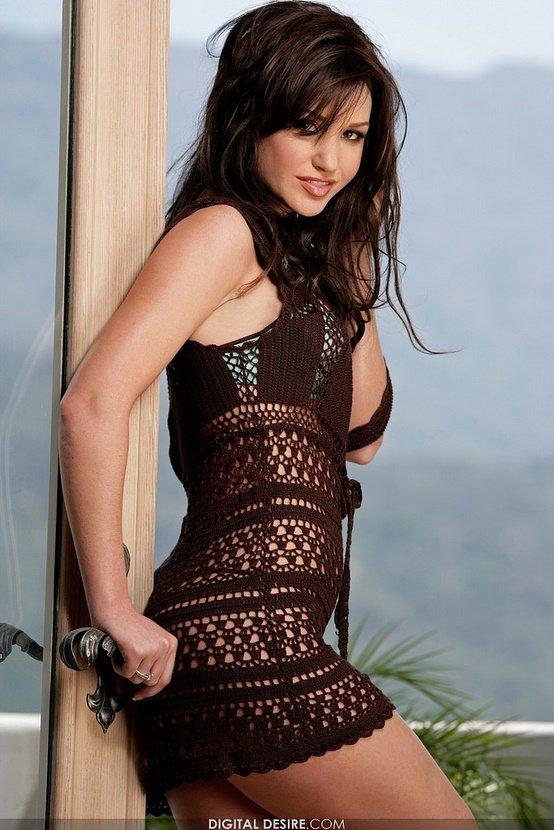 Эротическая галерея брюнетки в коричневом вязаном платье