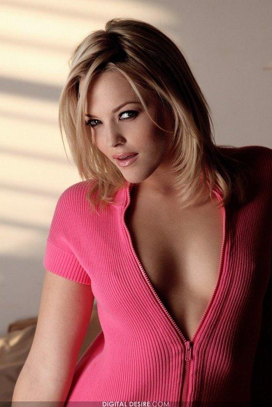 Эротическая фотосессия томной блондинки в розовой кофте