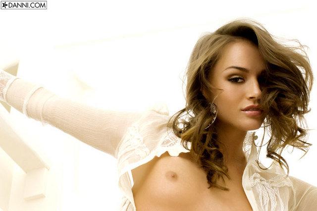 Эротические фото сексапильной брюнетки в шортиках