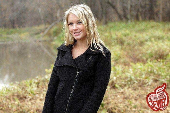Эротическая фотогалерея красивой девушки у лесного озера