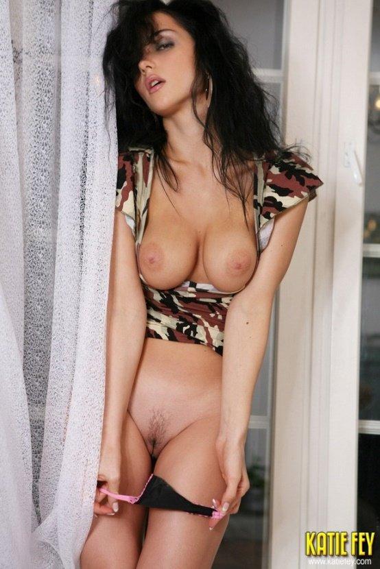 Эротическая фотосессия сексуальной брюнетки у окна