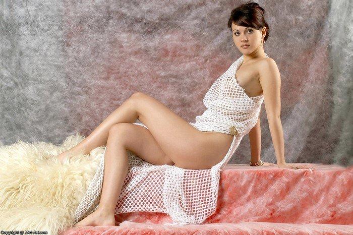 Эротическкие фотографии голой девушки в шали-сеточке
