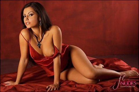 Эрогалерея сексуальной брюнетки в красном пеньюаре