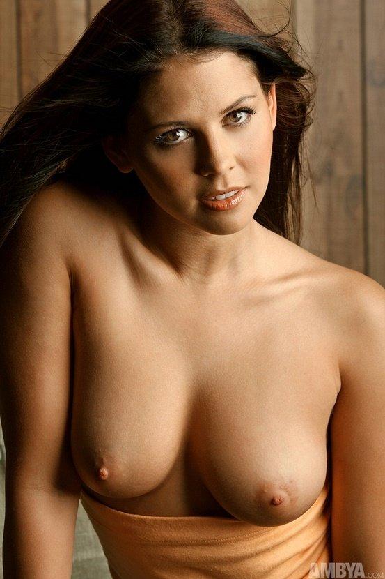 Эротическая фотосессия милой девушки в коричневых шортах