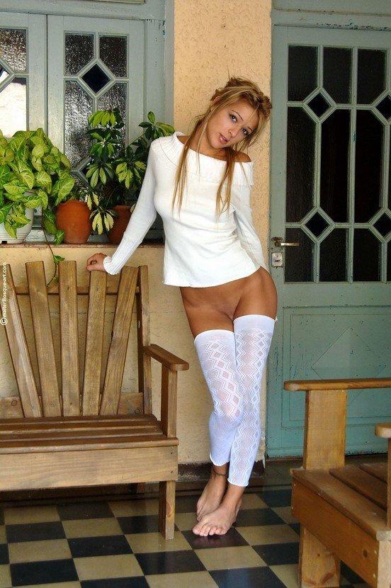 Эротические фото красивой девушки в белом свитере