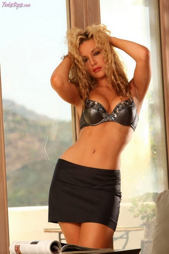 Эротические фото сексапильной блондинки в красной блузке
