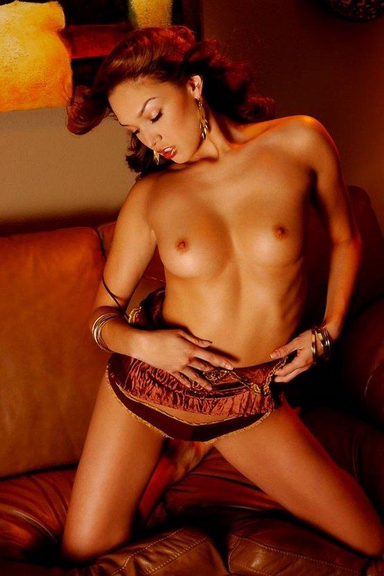 Эротическая фотосессия привлекательной загорелой брюнетки