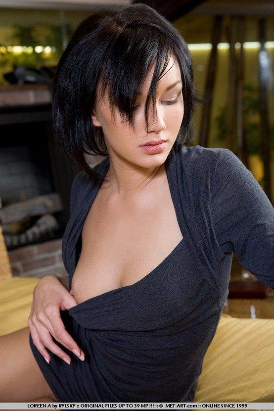 Эрогалерея чувственной брюнетки в темно-сером платье