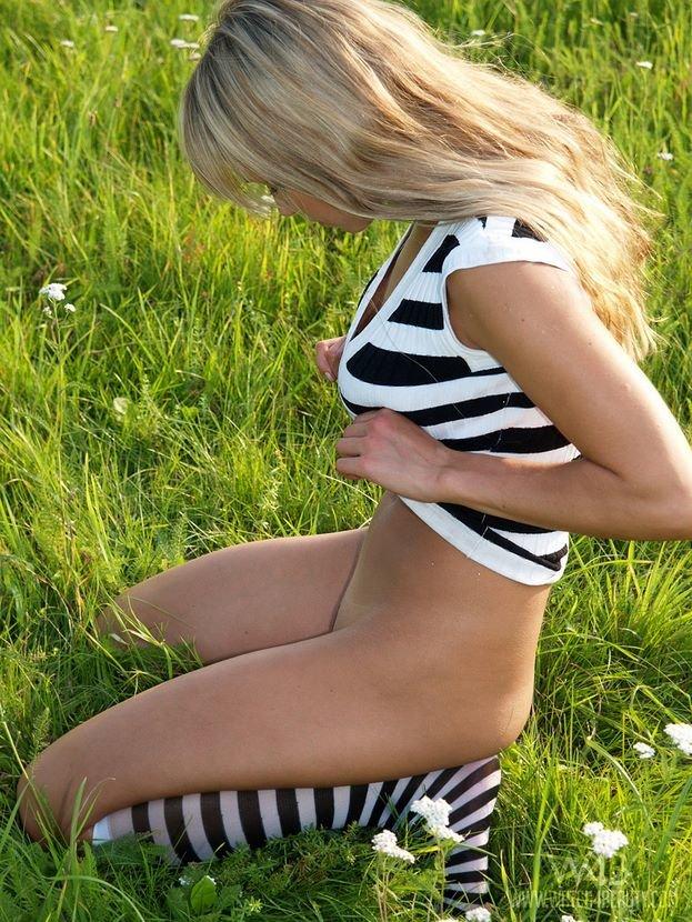 Эротический фотосет блондинки в полосатых гольфах
