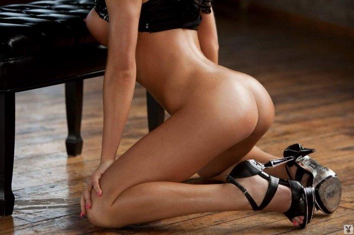 Эрогалерея сексапильной брюнетки в черной кофточке