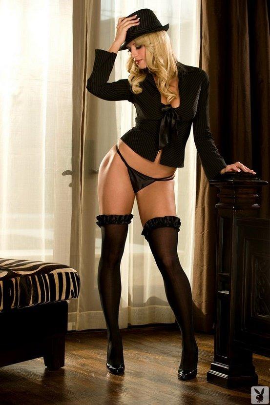 Эротический фотосет роковой блондинки в черной шляпе