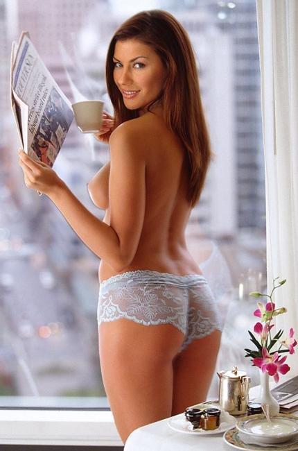 Эротические фотографии сексуальной шатеночки утром