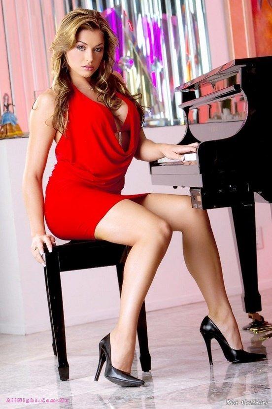 Эротическая галерея сексапильной шатенки за пианино