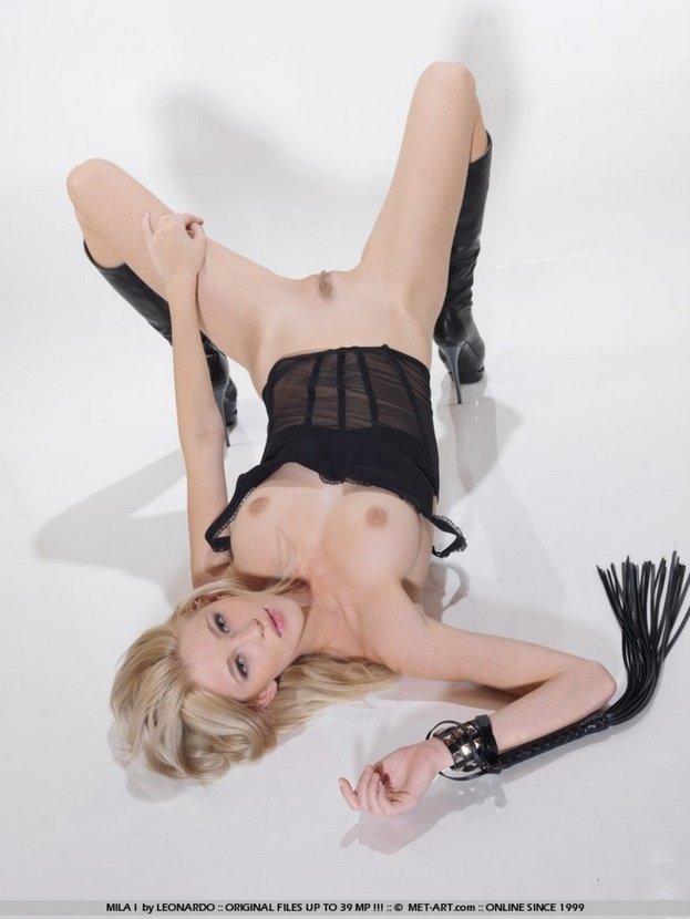 Эротический фотосет властной блондинки с плетью