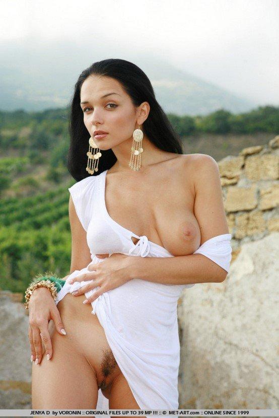 Эротическая фотогалерея брюнетки-секси в белом платье